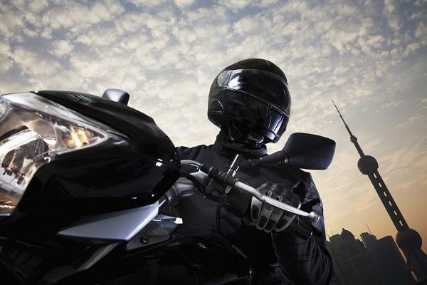 biker-sur-une-moto-noire